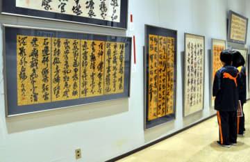 最優秀賞の川上花琉さんの作品(左)など受賞作が並ぶ会場