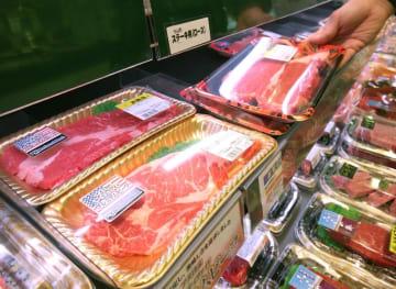 スーパーの売り場に並ぶ輸入牛肉=東京都内