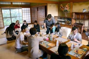 空き家の和室で、ハーバリウム作りを楽しむ参加者ら=八代市
