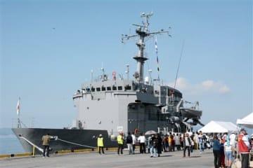 見学客でにぎわう海上自衛隊の多用途支援艦「あまくさ」=八代市