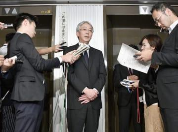 勧告書を交付された後に、記者の取材に応じるスバルの中村知美社長=14日午後、国交省