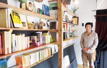国内外の詩集や小説、芸術家の日記本などが並ぶスペース