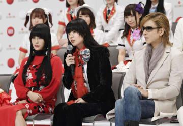 第69回紅白歌合戦に出場が決まり、意気込みを語るあいみょんさん。左はDAOKOさん、右はYOSHIKIさん=14日午後、東京・渋谷のNHK放送センター