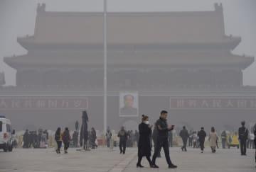 深刻な大気汚染でかすむ北京の天安門=14日(共同)