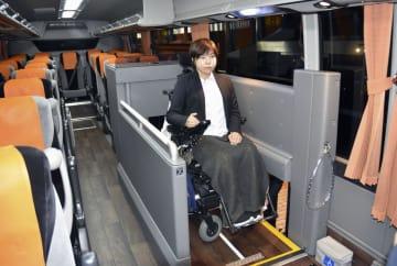 車いすが乗降できるエレベーター搭載のバリアフリー対応バス=14日午後、東京都中央区