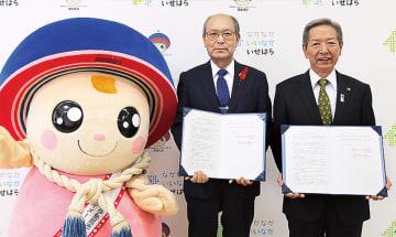 宮川理事長(中央)と高山市長