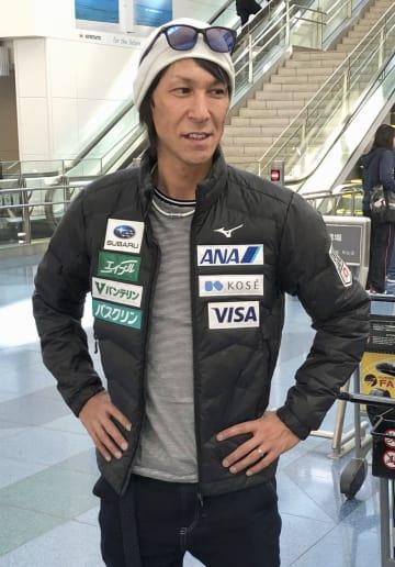 渡欧前に取材に応じるスキー・ジャンプ男子の葛西紀明=14日、羽田空港