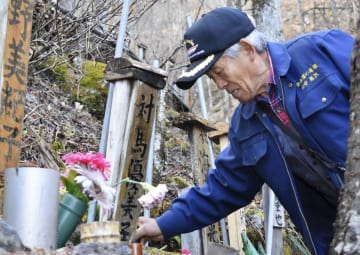 「御巣鷹の尾根」で冬支度をする管理人の黒沢完一さん=14日午後、群馬県上野村