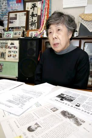 韓国視察を前に、資料に目を通す中村クニさん=14日、長岡市