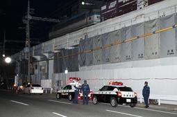 不審物が見つかった現場を警戒する生田署員ら=13日午後6時55分、神戸市中央区元町通7
