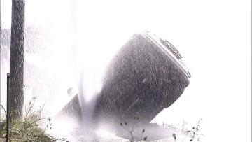 車が転落 水道管が破裂 一時断水も