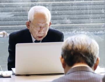 賢人会議の委員に原爆投下直後の状況を英語で説明する山脇佳朗さん=14日、長崎市