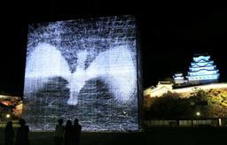 三の丸広場に設置された巨大な立体に映像を映すイルミネーションイベント=14日夜、姫路市本町(撮影・小林良多)