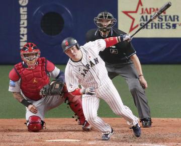 日本―MLB 8回日本2死一塁、甲斐が左中間に勝ち越し二塁打を放つ。捕手モリーナ=ナゴヤドーム