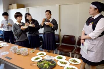 自分たちが育てた野菜を使った総菜の試作を販売員と考える高校生たち(京都市西京区・桂高)