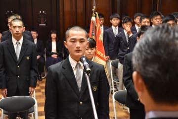 受賞者を代表し、謝辞を述べる延岡学園高男子弓道部の黒木さん=14日午前、県庁