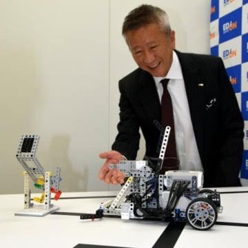 プログラミング教室で使うロボットを紹介する久保允誉社長