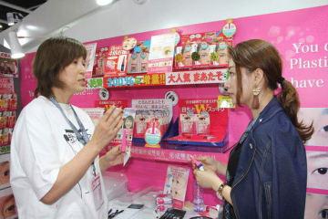アジア最大級の美容関連見本市「コスモプロフ・アジア2018」で日本各社が商品を売り込んだ=14日、HKCEC(NNA撮影)