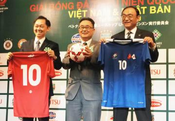 12月に南部ビンズオン省で「ベトナム日本国際ユースカップ」が開かれる。大会を記念して作られたサッカーボールとユニフォームを披露する河上総領事(写真中央)と川崎フロンターレの藁科社長(同右)=14日、ホーチミン市