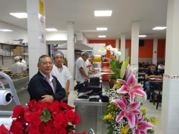 新店舗の様子(左がアルヴァロ店長、イソムラ総支配人)
