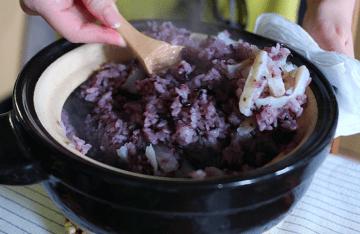 炊き上がりを混ぜるときのいい香りも炊き込みごはんならでは。食欲をそそられるポイントですよね。写真は@yunacafeさんの黒米と長芋を使った薬膳風炊き込みごはんです。詳しくは本編をご覧ください。