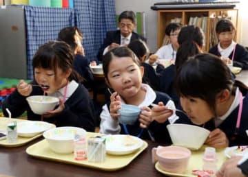 阿品台東小の児童館で朝ご飯を食べる子どもたち(撮影・川村奈菜)