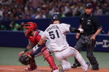 8回、甲斐の左中間への当たりで一塁走者・上林が生還し決勝点を奪った【写真:Getty Images】