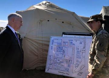 メキシコ国境での米軍の活動状況について説明を受けるマティス国防長官=14日、テキサス州ドナ(ロイター=共同)