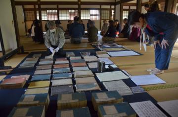 弘道館で公開された曝書作業=水戸市三の丸
