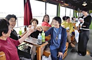 車窓の絶景に「乾杯」 只見線・企画列車、紅葉と福島県産酒堪能