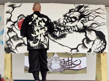 墨絵で「龍」を描く木全靖陛さん=米国・オーランド