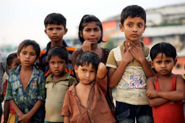バングラデシュ・コックスバザールの難民キャンプにいるロヒンギャの子どもたち=14日(ロイター=共同)