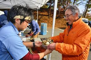 柿とカキに舌鼓 会津美里でふれあい祭り、松島の有志ら提供