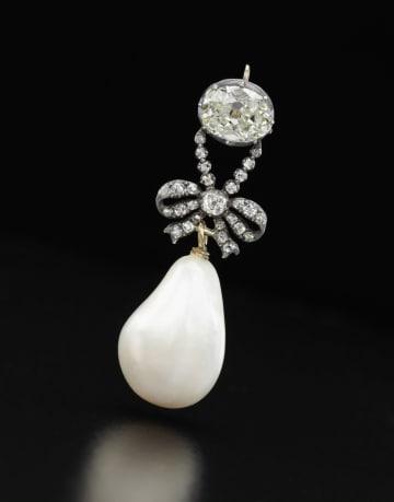 マリー・アントワネットが身につけた天然真珠とダイヤのペンダント(サザビーズ提供・共同)