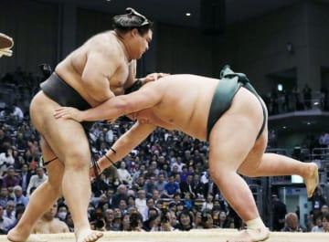 錦木(右)がはたき込みで高安に敗れる