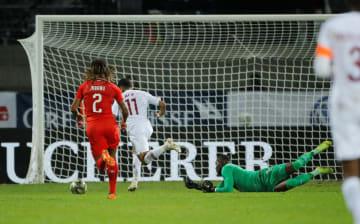 国際親善試合のスイス戦で決勝ゴールを決めるカタールのアクラム・アフィフ(中央左)=14日、ルガノ(ロイター=共同)