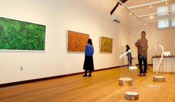 町内在住の5人の作品が並ぶ展覧会