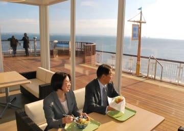 木更津市の東京湾アクアライン海ほたるパーキングエリアにきょう15日、新フードコートがオープンする。東京湾を一望できる新たな飲食エリアとして人気を集めそうだ