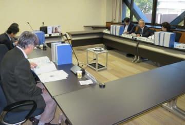 文部科学省への回答案を協議する検討委員会のメンバー