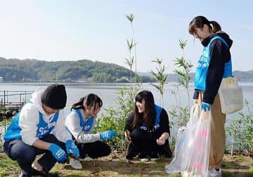 清掃に取り組む学生たち