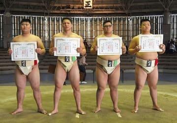 西日本競技会個人戦で優勝の谷村、準優勝の谷岡、第3位の葛西と近藤の各選手(左から)=11日、堺市の大浜公園相撲場