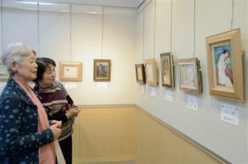 県美術家連盟会員の作品が並ぶ「愛の色紙展」=熊本市中央区