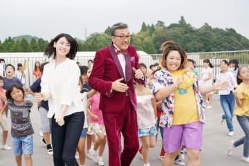 映画『ダンスウィズミー』より(三吉彩花、宝田明、やしろ優) - (C)2019「ダンスウィズミー」製作委員会