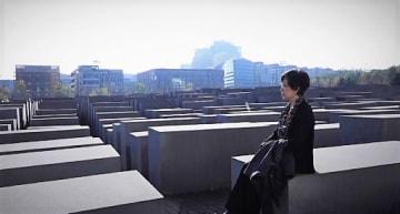 ホロコースト記念碑を訪ねた坂田監督=映画「モルゲン、明日」より(シネマテークたかさき提供)