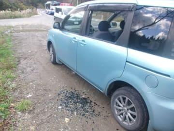 14日、迫撃砲弾が落下し飛び散ったアスファルトなどで窓ガラスが割れた車(高島市今津町)=滋賀県警提供