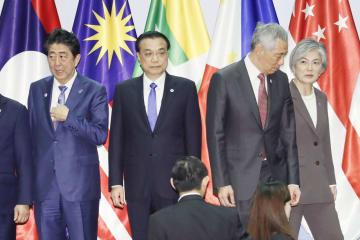 ASEANプラス3の首脳会議を前に記念撮影に臨む(左から)安倍首相、中国の李克強首相、シンガポールのリー・シェンロン首相、韓国の康京和外相=15日、シンガポール(共同)