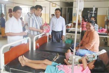 主に恵まれない人々が入る公立病院の入院者へ食糧支援を行う永瀬さんら=昨年8月