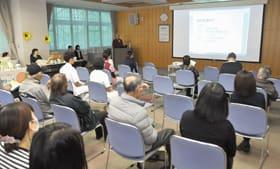 市民らが中皮腫や緩和ケアについて理解を深めた市民公開講座と「ひまわりサロン」