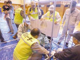 仮設トイレを組み立てる市町連のメンバー(提供写真)