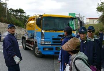反対する市民らが機動隊に排除され、工事再開以後初めて工事車両による搬入が行われた=15日午後0時5分、名護市辺野古